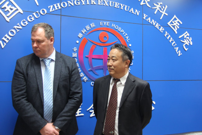 Gao Yun, head of the Eye Hospital of China Academy of Chinese Medical Sciences talks  with Ole Frydenlund,director of a TCM center in Tonsberg, Norway, as well as the head of the St. Olav Eye Clinic at the Eye Hospital affiliated with the China Academy of Chinese Medical Sciences in Beijing on October 17, 2017. [Photo: China Plus]