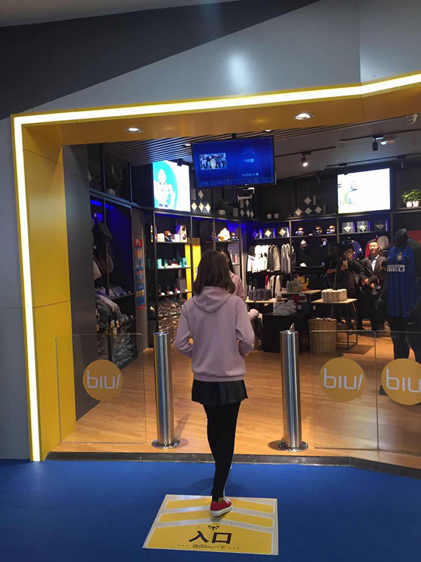 A customer looks at the camera using facial recognition to enter an intelligent self-service store - Suning Biu from appliance chain store Suning in Shanghai, China, 7 November 2017. [Photo: thepaper.cn]