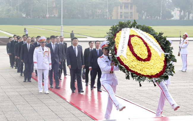 Visiting Chinese President Xi Jinping, who is also general secretary of the Communist Party of China (CPC) Central Committee, attends a wreath laying ceremony at the Ho Chi Minh Mausoleum in Hanoi, Vietnam, November 13, 2017. [Photo: Xinhua/Xie Huanchi]