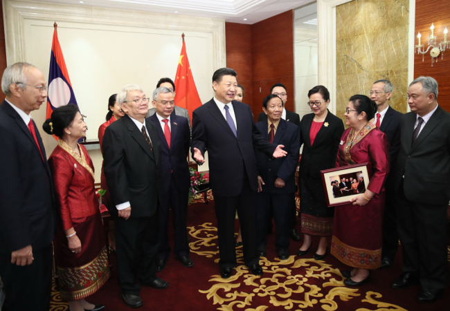 Chinese President Xi Jinping meets with the descendants of late Lao leader Quinim Pholsena, in Vientiane, capital of Laos, on November 14, 2017. [Photo: Xinhua]