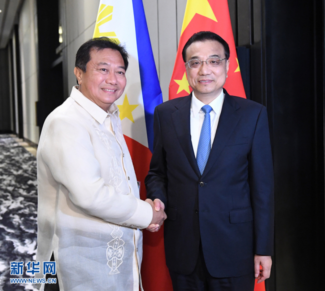 Chinese Premier Li Keqiang (R) meets with Philippine House Speaker Pantaleon Alvarez in in Manila, the Philippines, on Wednesday, November 15, 2017. [Photo: Xinhua]