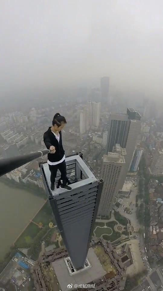 Wu Yongning live streams above a high building.[Photo: sina.cn]