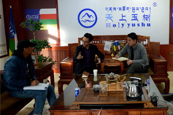 Gasong Chenglin makes a discussion with his team members in Yushu Tibetan Autonomous region, northwest China's Qinghai province on November 29, 2016. [Photo: Xinhua]