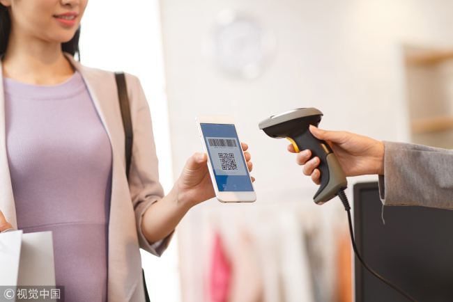 A customer uses mobile payment for off-line consumption. [File photo:VCG]