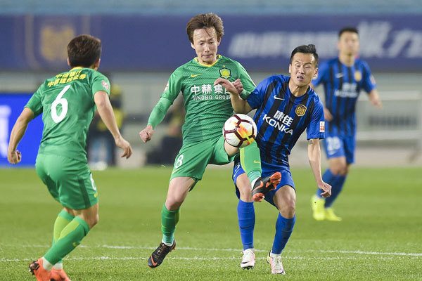 Beijing Guoan sees off Jiangsu Suning 2-1 and grabs the first win of the 2018 Chinese Super League (CSL) season on March 11, 2018. [Photo: VCG]