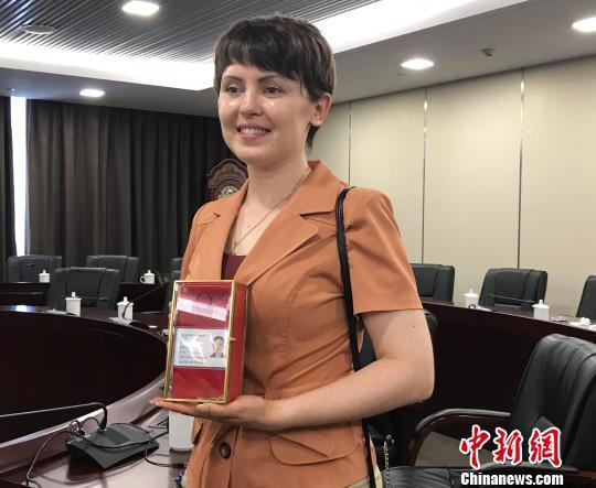 Lu Aijia with her new identity card in Hangzhou on Tuesday, June 12, 2018. [Photo: Chinanews.com]