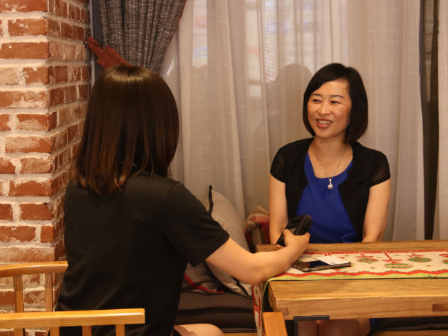Chen Ling, an official with the municipal government, speaks with CRI's reporter at the Yuntai book store in Jinjiang, Fujian Province on June 12, 2018. [Photo: China plus/JICA]