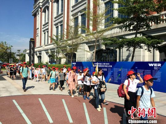 A group of high school students walk to an upcoming World Educational Robot contest held in Xiamen on August 5.[Photo: Chinanews.com]