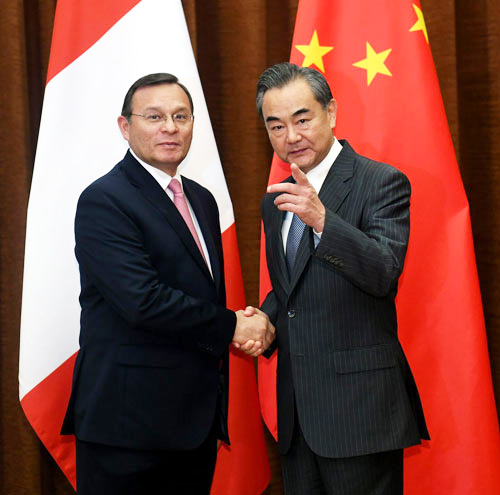 Chinese State Councilor and Foreign Minister Wang Yi (R) meets with Peruvian Foreign Minister Nestor Francisco Popolizio Bardales in Beijing on Tuesday, August 28, 2018. [Photo: fmprc.gov.cn]