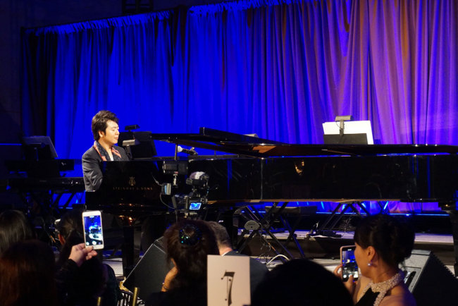 World-renowned Chinese pianist Lang Lang performs at a benefit gala in Manhattan, New York on Oct 10th, 2018. [Photo: China Plus/Qian Shanming]
