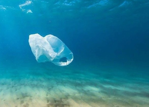 Figures show that in England 4.7 billion plastic straws, 316 million plastic stirrers and 1.8 billion plastic-stemmed cotton buds are used every year. [Photo: Xinhua]