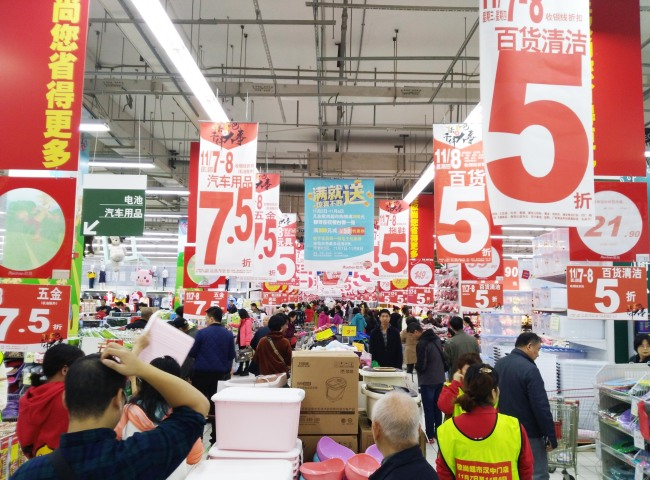 A supermarket in Nanjing, Jiangsu Province sells products at a discount on November 7, 2018. [Photo: IC]