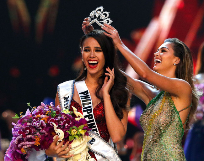 The new Miss Universe 2018 Catriona Gray (L) of the Philippines jubilates as she is crowned by Miss Universe 2017 Demi-Leigh Nel-Peters (R) of South Africa during the Miss Universe 2018 beauty pageant at Impact Arena in Bangkok, Thailand, 17 December 2018. [Photo: IC]