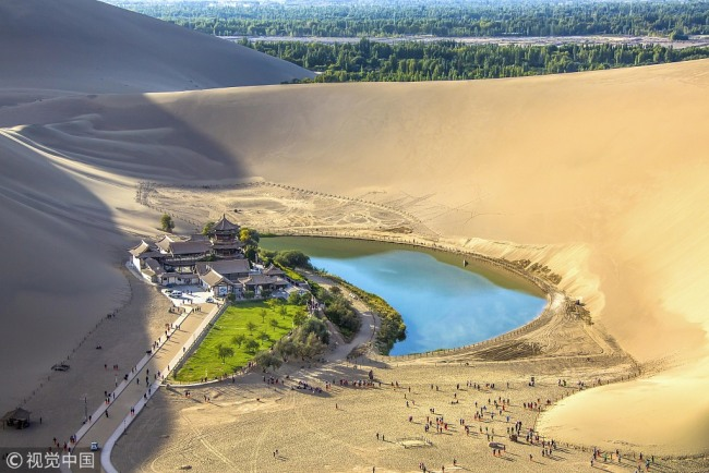 Photo taken on September 17, 2018 shows the Yueya Spring, a crescent-shaped lake surrounded by desert in the city of Dunhuang, Gansu province. [Photo: VCG]