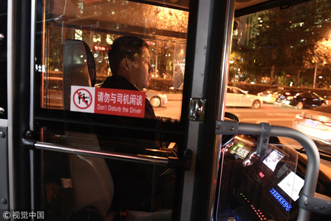 A safety partition is installed on a bus in Beiing. [Photo: VCG]