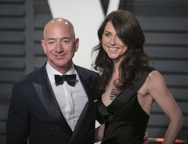Amazon CEO Jeff Bezos and his wife, MacKenzie. The couple is to divorce after a 25-year marriage.[File Photo: IC]