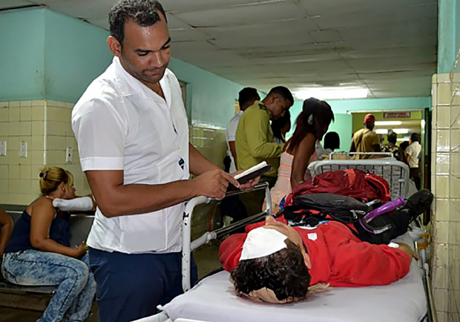 Handout picture released by Cuban official website www.cubadebate.cu showing a person being treated in the provincial hospital of Guantanamo, in eastern Cuba, on January 10, 2019 after a bus overturned while driving on the road linking the city of Baracoa, near the island's eastern tip, to the capital Havana. [Photo: www.cubadebate.cu / AFP]
