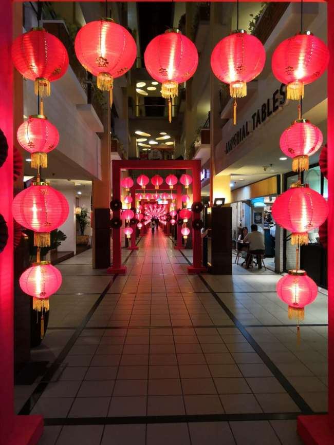 Shop owners hang up red lanterns in a shopping mall in Jakarta, Indonesia, to celebrate the Chinese New Year on January 29, 2019. [Photo: China Plus/Li Shukun]