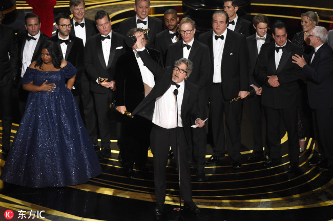 "Peter Farrelly, center, and the cast and crew of ""Green Book"" accept the award for best picture at the Oscars on Sunday, Feb. 24, 2019, at the Dolby Theatre in Los Angeles. [Photo: IC]"