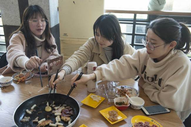 Students at Zhejiang Gongshang University enjoy their meals at an on-campus restaurant on Wednesday, March 13, 2019. [Photo: IC]