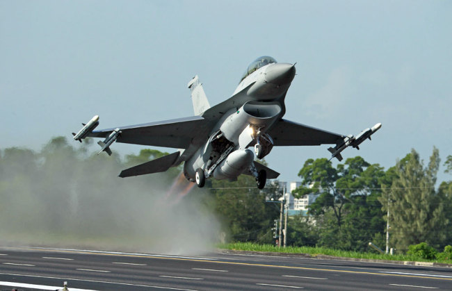 In this Sept. 16, 2014, file photo, an F-16 fighter jet takes off from a closed section of highway in Chiayi, central Taiwan. [File photo: AP/Wally Santana]