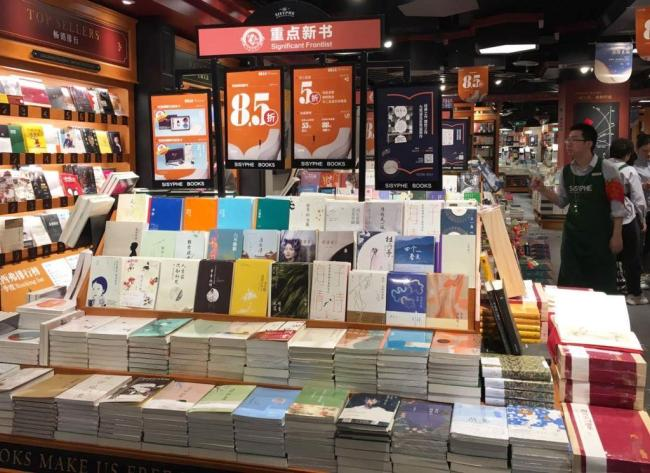 Sisyphe employs big data technology to find out what the trendiest books are and then highlight them in its bookstores. [Photo: Chinaplus/Yin Xiuqi]