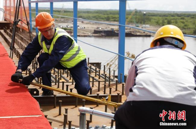Two sides of the first highway bridge connecting China and Russia across the Heilongjiang River are joined together on Friday, May 31, 2019. [Photo: Chinanews.com]