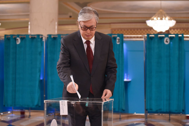 Kazakh President and presidential candidate Kassym-Jomart Tokayev casts his ballot at a polling station during Kazakhstan's presidential elections in Nur-Sultan on June 9, 2019. [Photo: AFP/ VYACHESLAV OSELEDKO]