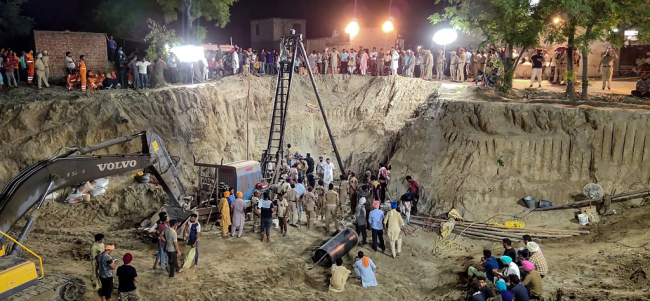 An Indian rescue team launches an operation to recover the body of Fatehveer Singh, 2, who fell in a 33-meter deep well on June 6, in Sunam in the Punjab district of Sangrur on June 10, 2019. [Photo: AFP]