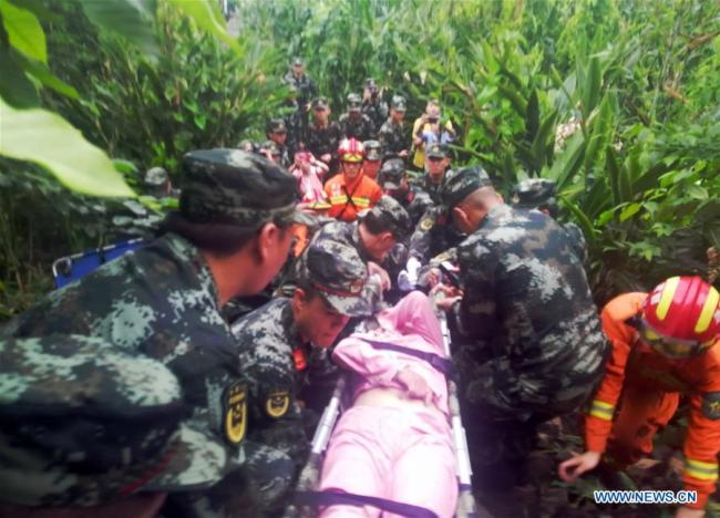 Moible photo taken on June 18, 2019 shows rescuers transfering a wounded person in Shuanghe Town in Changning County of Yibin City, southwest China's Sichuan Province. [Photo: Xinhua]