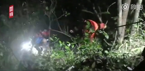 Screen shot from Sina Weibo shows firefighters rescuing the trapped hikers in a mountainous area in Gaohu Town in the city of Yichun, Jiangxi Province. [Photo: China Plus]