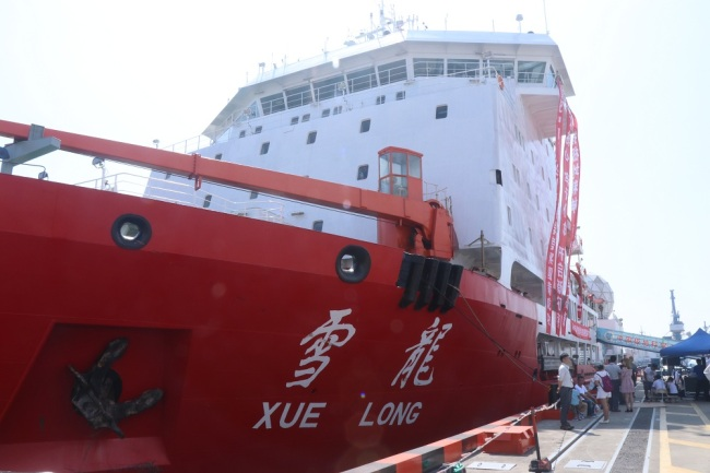 Chinese scientists are seen before boarding the icebreaker Xuelong, or Snow Dragon, as it leaves a port for 9th Arctic research expedition in Shanghai, China, July 20, 2018. [File Photo: IC]