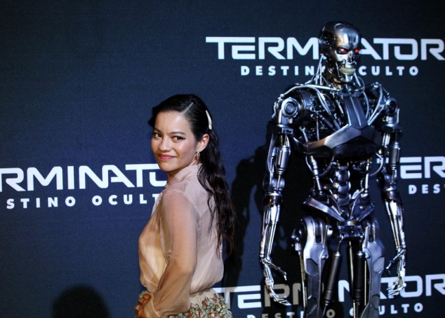 Colombian actress Natalia Reyes poses on the red carpet next to a Terminator robot during the premiere of 'Terminator: Dark Fate' in Mexico City on October 13, 2019. [Photo: IC]