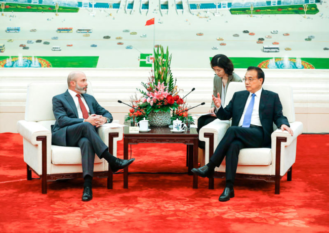 Premier Li Keqiang talks with Evan Greenberg, chairman of the U.S.-China Business Council (USCBC) on October 17, 2019. [Photo: gov.cn]