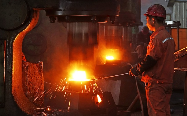 A Chinese worker surveys the production of steel at a factory of Dongbei Special Steel Group Co., Ltd. in Yantai city, east China's Shandong Province, November 28, 2018. [File Photo: IC]