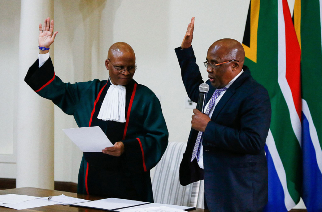Newly appointed Minister of Home Affairs Aaron Motsoaledi (R) is sworn in by Chief Justice Mogoeng Mogoeng at Sefako Makgato Presidential Guesthouse on May 30, 2019 in Pretoria, South Africa. [Photo: VCG]