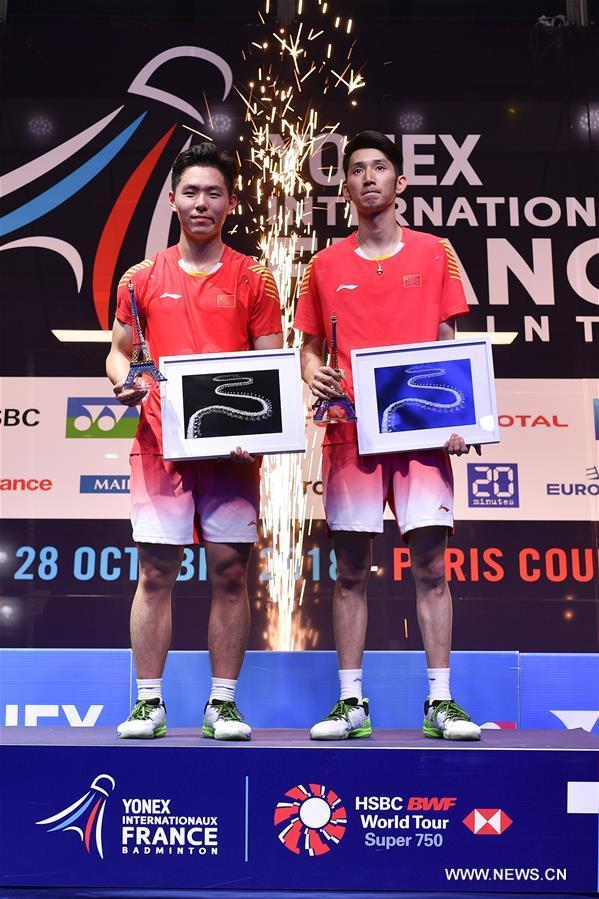 Les Chinois Han Chengkai et Zhou Haodong posent pour des photos lors de la cérémonie de remise des prix, à l'issue de la finale du double messieurs aux Yonex Internationaux de France de badminton, à Paris, en France, le 28 octobre 2018. Han Chengkai et Zhou Haodong ont remporté le titre 2-1. (Photo : Chen Yichen)