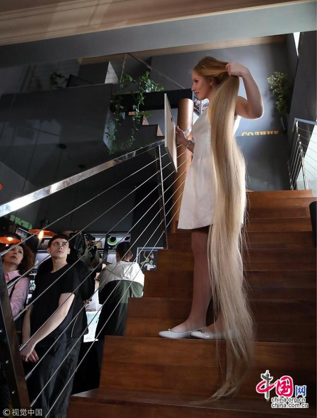 Une adolescente bat le record des plus longs cheveux d'Ukraine